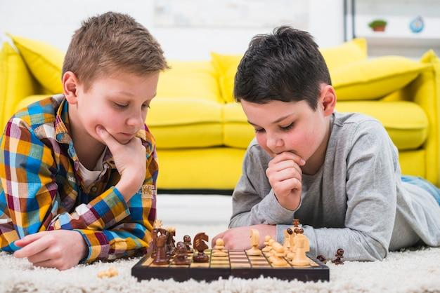 Jungen spielen schach