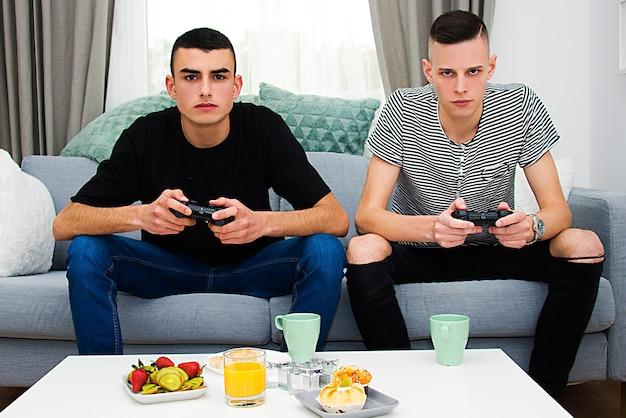 Jungen spielen zu hause videospiele