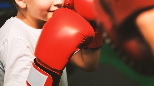 Jungen-trainings-boxer-übungs-bewegungs-konzept