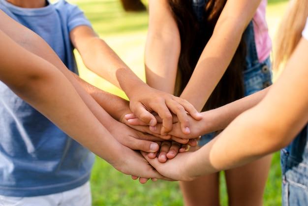 Jungen und mädchen bringen ihre hände zusammen