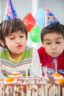 Jungen und mädchen, die geburtstagsfeier genießen