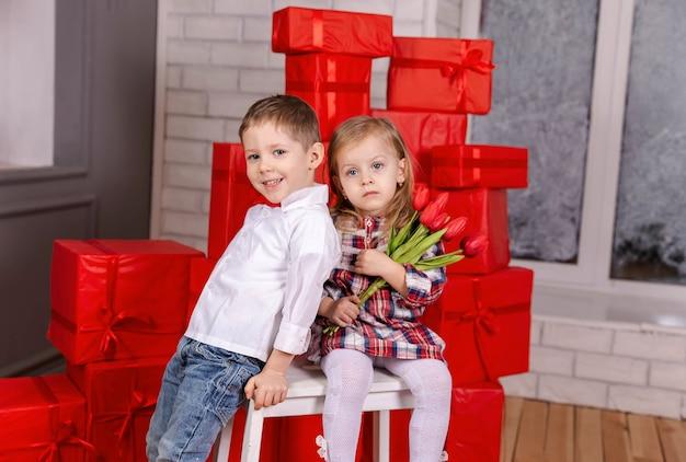Jungen und mädchen, die valentinstag umarmen, lieben freundschaft und spaß