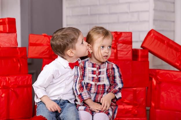 Jungen und mädchen, die zwei glückliche kaukasische niedliche lustige kinderkinder umarmen