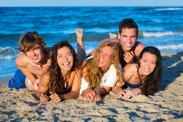 Jungen und mädchen gruppe spaß am strand
