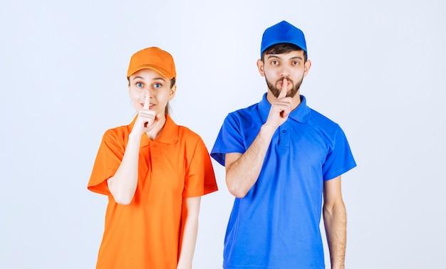 Jungen und mädchen in blauen und gelben uniformen bitten um stille.