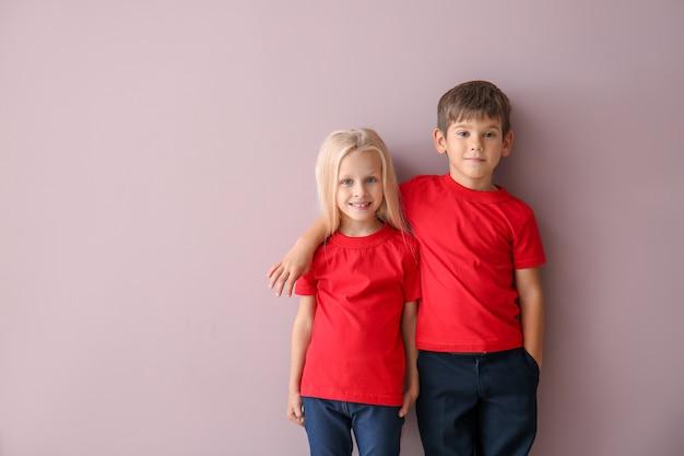 Jungen und mädchen in t-shirts auf farbfläche