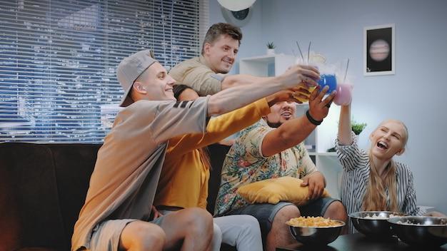 Jungen und mädchen jubeln miteinander mit trockeneis-cocktails.