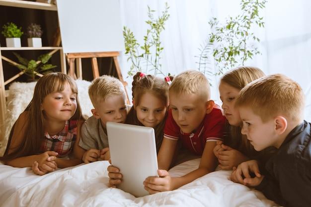 Jungen und mädchen mit tablette