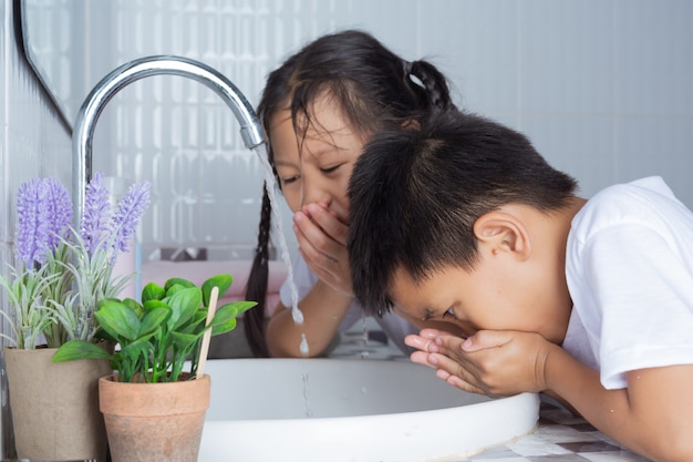Jungen und mädchen putzen sich die zähne.