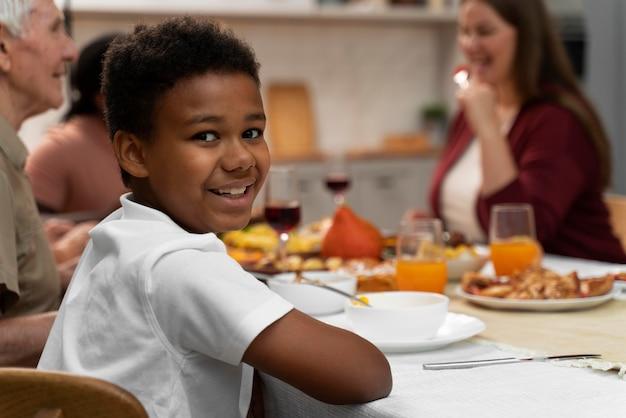 Jungenporträt neben seiner familie am erntedankfest