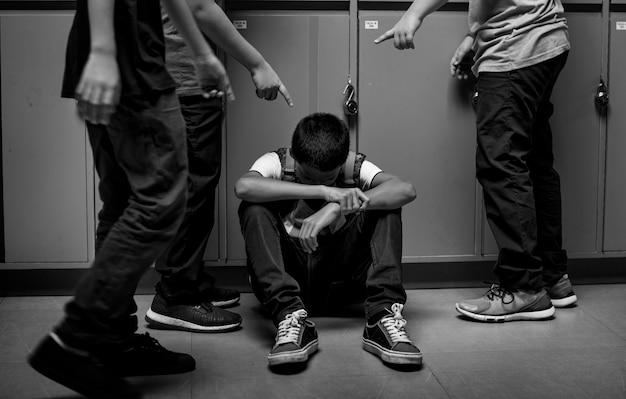 Jungenstudent, der in der schule gemobbt wird