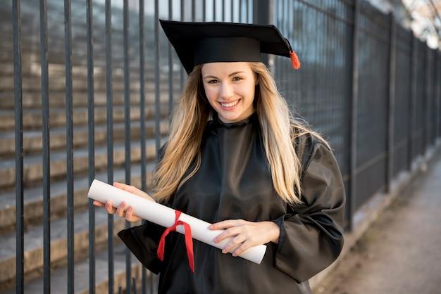 Junger absolvent, der zur zeremonie geht