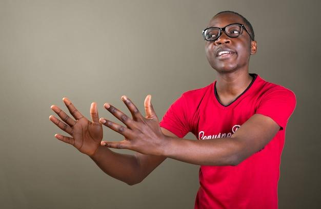 Junger afrikaner mit schlechter haltung. verärgert, wütender kerl
