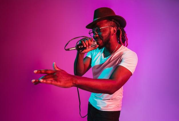 Junger afrikanisch-amerikanischer jazzmusiker, der ein lied singt