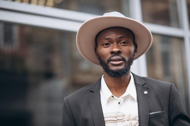 Junger afrikanischer geschäftsmann in der noblen klage