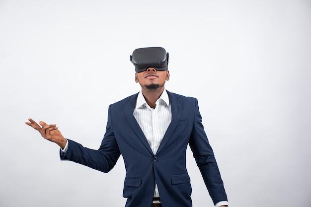 Junger afrikanischer geschäftsmann mit einem virtual-reality-headset