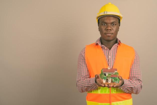 Junger afrikanischer mann bauarbeiter