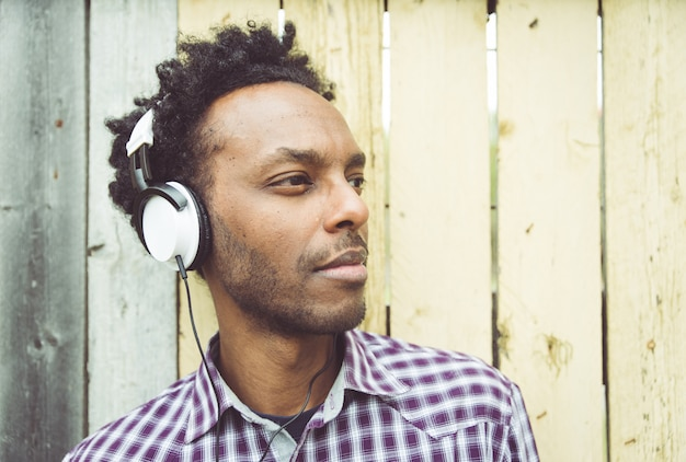 Junger afrikanischer mann, der musik hört