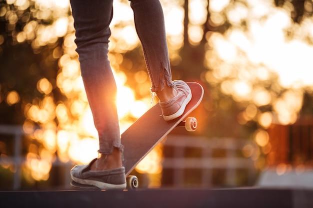 Junger afrikanischer mann, der skateboarding tut