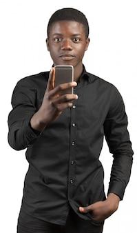 Junger afrikanischer mann mit handy