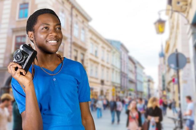 Junger afrikanischer mann mit kamera