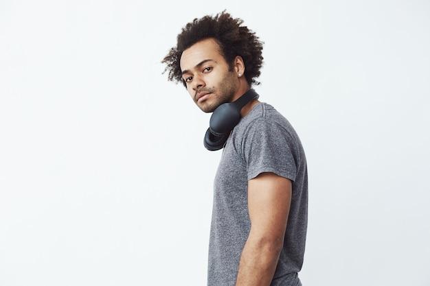 Junger afrikanischer mann mit kopfhörern