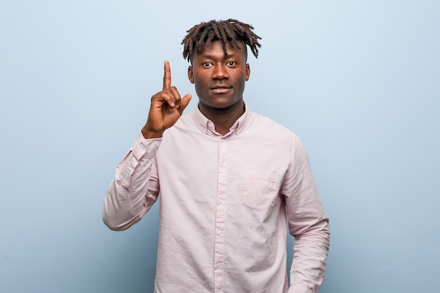 Junger afrikanischer schwarzer mann des geschäfts, der irgendeine großartige idee, konzept der kreativität hat.