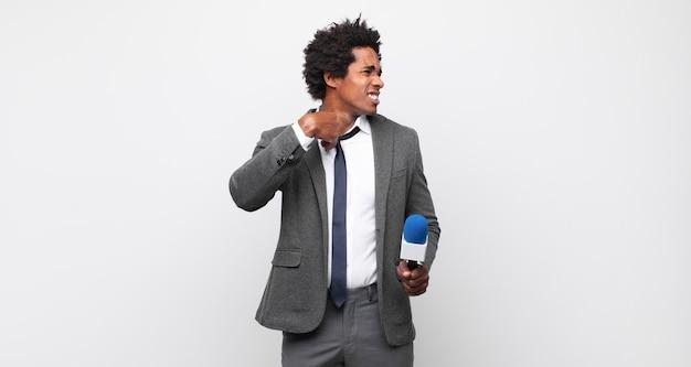 Junger afro-mann, der sich gestresst, ängstlich, müde und frustriert fühlt, hemdhals zieht und mit problem frustriert aussieht