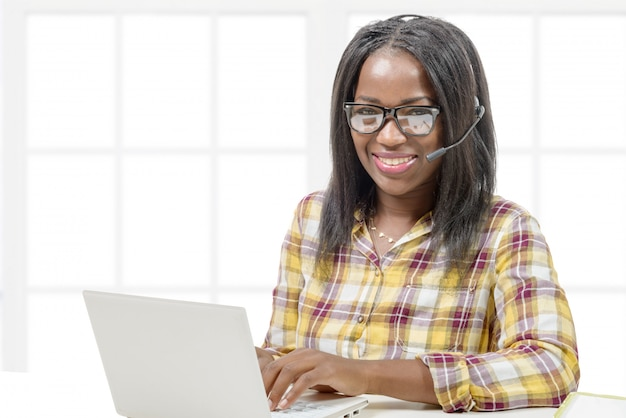 Junger afroamerikaner, der an laptop arbeitet