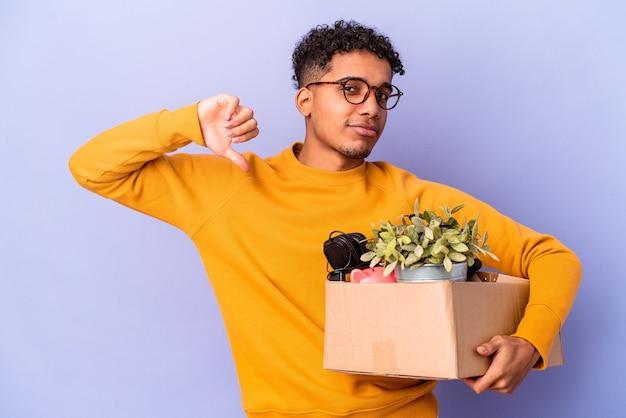 Junger afroamerikaner lockiger mann isoliert umzug in ein neues zuhause fühlt sich stolz und selbstbewusst, beispiel zu folgen.