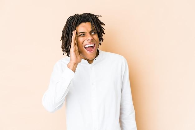 Junger afroamerikaner-rasta-mann, der aufgeregt nach vorne schreit.