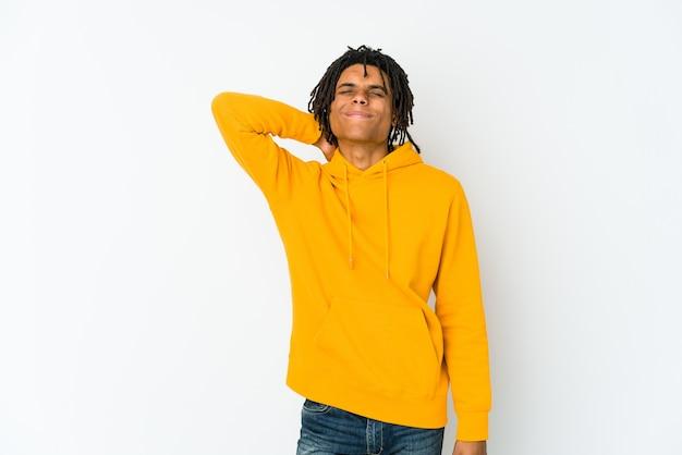 Junger afroamerikaner-rasta-mann, der nackenschmerzen aufgrund von stress hat