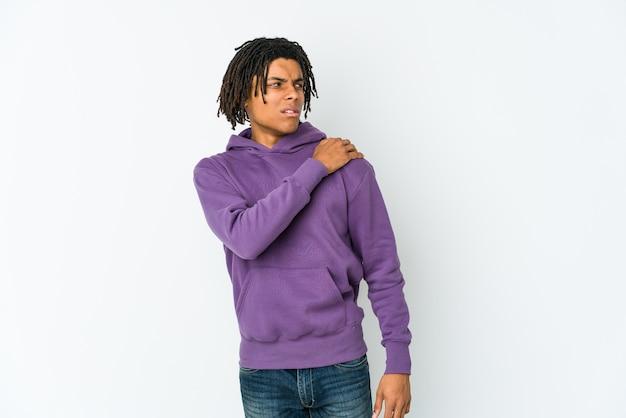 Junger afroamerikaner-rasta-mann, der schulterschmerzen hat.