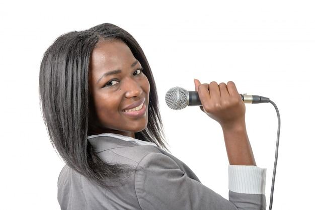 Junger afroamerikanerjournalist mit einem mikrofon