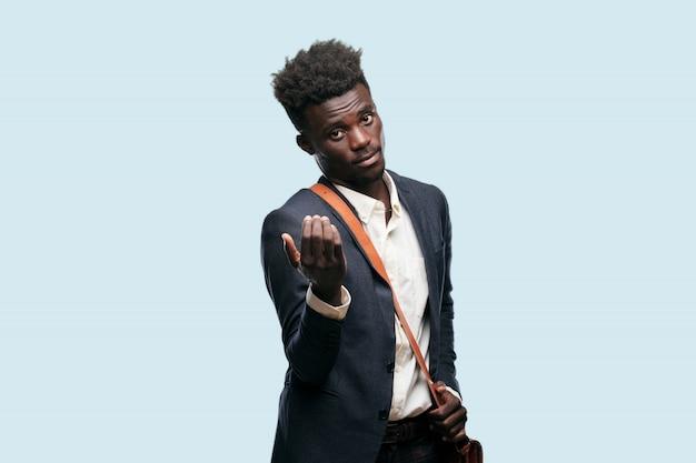 Junger afroamerikanermann, der ein konzept ausdrückt