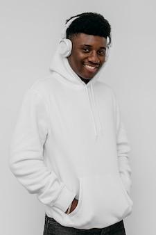 Junger afroamerikanermann, der einen leeren kapuzenpulli trägt