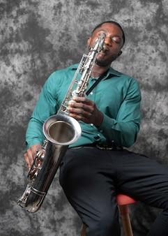 Junger afroamerikanermann, der internationalen jazz-tag feiert Kostenlose Fotos
