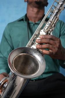 Junger afroamerikanermann, der internationalen jazz-tag feiert