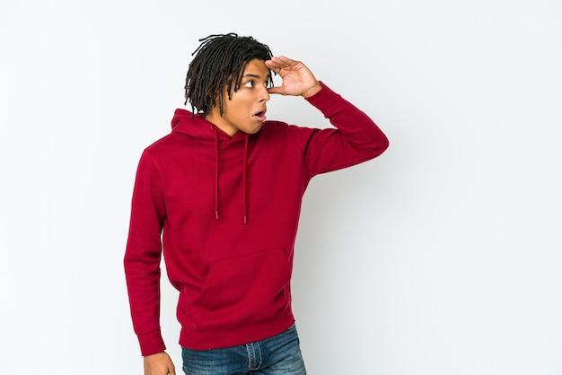 Junger afroamerikanermann, der weit weg schaut