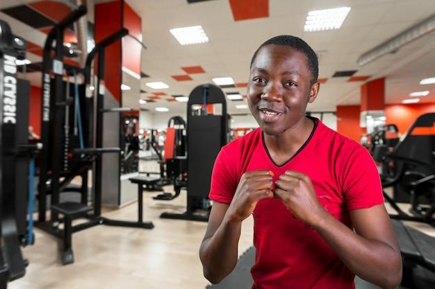Junger afroamerikanermann in einer defensiven kämpfenden position