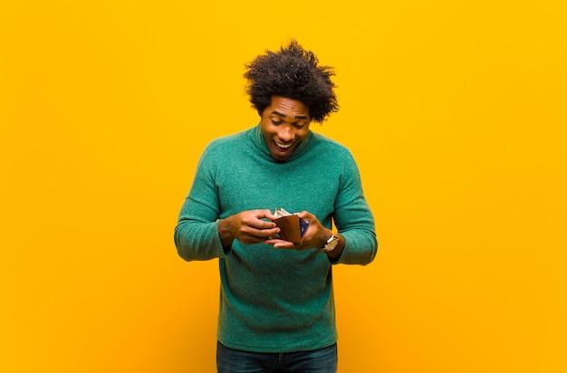 Junger afroamerikanermann mit einem walletkgrou