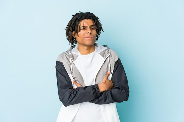 Junger afroamerikanersportmann, der mit sarkastischem ausdruck unglücklich schaut.