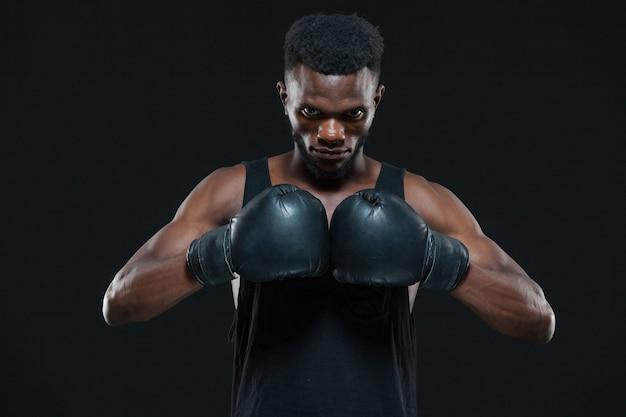 Junger afroamerikanischer boxer, der handschuhe trägt