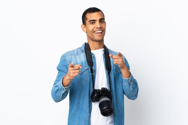 Junger afroamerikanischer fotograf mann über isolierte weiße wand zeigt finger auf sie