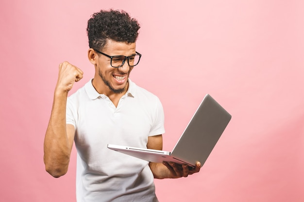 Junger afroamerikanischer geschäftsmann, der computer benutzt