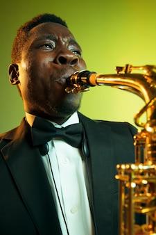 Junger afroamerikanischer jazzmusiker, der das saxophon spielt