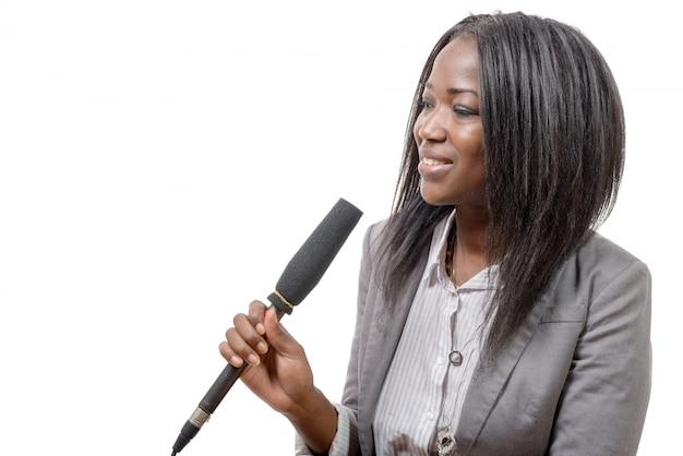 Junger afroamerikanischer journalist mit einem mikrofon