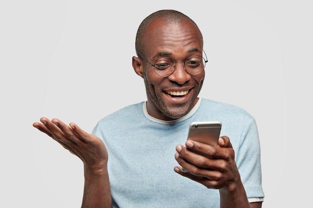 Junger afroamerikanischer mann, der blaues t-shirt trägt