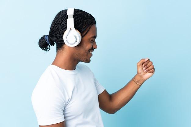 Junger afroamerikanischer mann, der musik lokalisiert hört