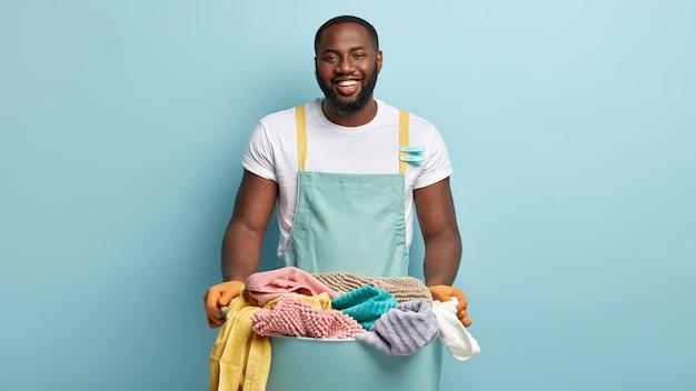 Junger afroamerikanischer mann, der wäsche tut